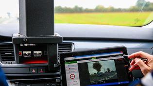 Des gendarmes utilisent un radar embarqué, près de Niort ( Deux-Sèvres), le 15 octobre 2016. (JABOUTIER / MAXPPP)