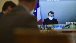 A son tour testé positif au Covid-19, Emmanuel Macron participe au Conseil des ministres par visioconférence depuis la résidence de la Lanterne, lundi 21 décembre 2020. (JULIEN DE ROSA / EPA POOL / AFP)