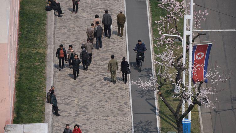 Des piétons dans une rue de Pyongyang, la capitale de la Corée du Nord, le 12 avril 2019. (ED JONES / AFP)