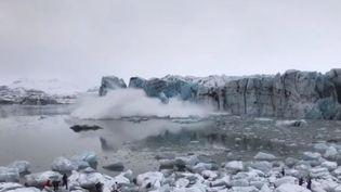 En Islande, un énorme bloc de glace s'est soudainement détaché, surprenant des touristes venus l'observer. (FRANCE 3)