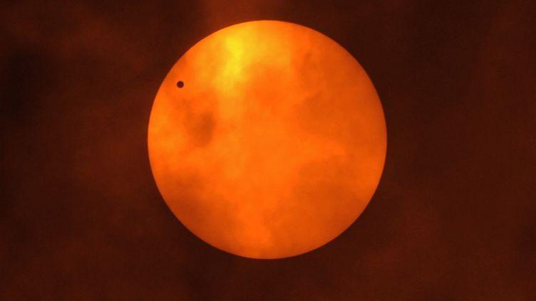 Le passage de la planète Vénus devant le Soleil, observé depuis Bangkok (Thaïlande), le 6 juin 2012. (PORNCHAI KITTIWONGSAKUL / AFP)