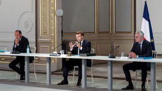 Le président de la République Emmanuel Macron, accompagné du Premier ministre Edouard Philippe (à gauche) et du ministre de l'économie, Bruno Le Maire, s'adresse aux partenaires sociaux lors d'une réunion à l'Elysée, mercredi 24 juin 2020. (AFP)