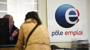 Une femme se renseigne à un guichet Pole emploi de Montpellier (Hérault). (PASCAL GUYOT / AFP)