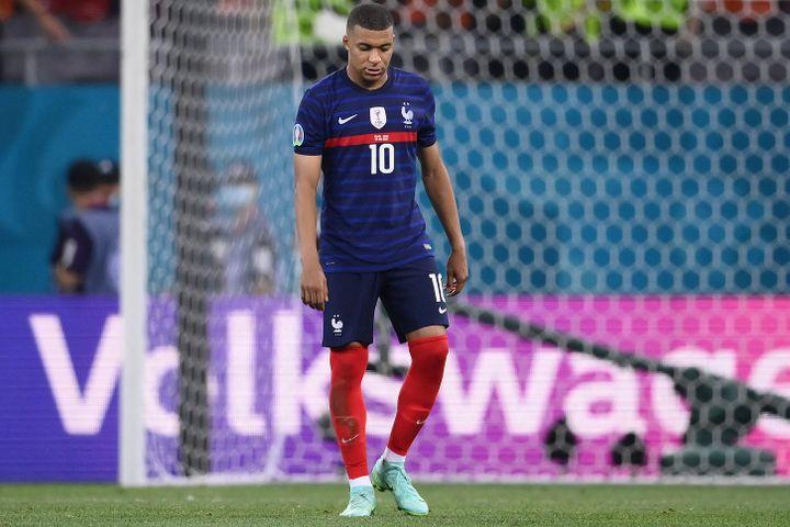 Kylian Mbappéaprès sontir au but raté face à la Suisse en huitième de finale de l'Euro, lundi 28 juin 2021 à Bucarest. (FRANCK FIFE / AFP)