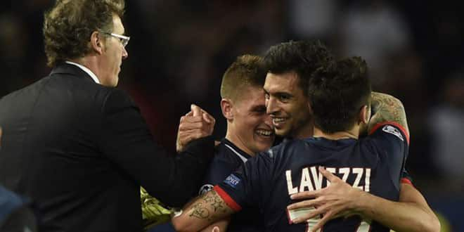 Javier Pastore enlacé par Lavezzi et Verratti sous les yeux de Laurent Blanc