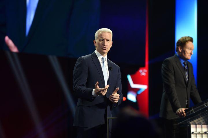 Anderson Cooper au théâtre Madison Square Garden, le 18 mai 2016, à New York. (NICHOLAS HUNT / GETTY IMAGES NORTH AMERICA / AFP)