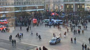 Quelque 400 personnes se sont retrouvées à Alexanderplatzà Berlin (Allemagne), majoritairement des jeunes adultes et des adolescents, jeudi 21 mars 2019. (MONIKA WENDEL / DPA / AFP)