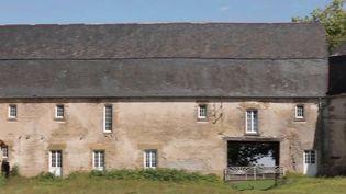 La ferme de Dumphlun, à Billy-Chevannes (Nièvre), est un ensemble monumental édifié au 18e siècle, aujourd'hui en état de péril. Son propriétaire, diplomate en poste aux États-Unis, vient de se lancer un pari fou : la restaurer. (CAPTURE ECRAN FRANCE 2)