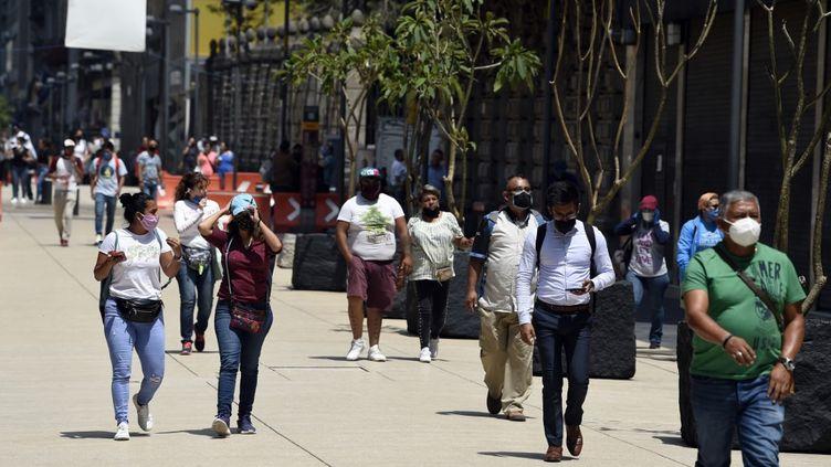 Des passants dans la rue Madero, à Mexico, le 3 juillet 2020. (ALFREDO ESTRELLA / AFP)
