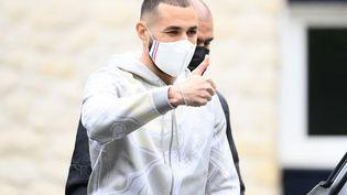 Karim Benzema tout sourire à son arrivée à Clairefontaine mercredi 26 mai. (FRANCK FIFE / AFP)