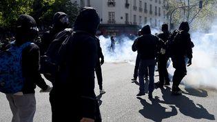 Des incidents entre jeunes cagoulés et forces de l'ordre ont éclaté en marge du défilé parisien, le 1er mai 2016. (MIGUEL MEDINA / AFP)