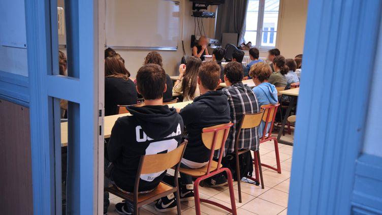 Des élèves écoutent leur professeur (illustration). (FRANK PERRY / AFP)