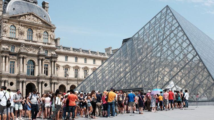 File d'attente devant la Pyramide du Louvre, à Paris, le 2 juillet 2016  (Miguel Medina / AFP)