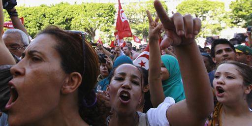 Des manifestants de l'opposition défilent (le 23-10-2013)avenue Bourguiba à Tunis pour demander le départ du gouvernement tunisien. (Reuters - Anis Mili)
