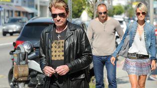 Johnny Hallyday le 14 mai 2010 avec sa femme Laeticia dans une rue de Los Angeles. (GABRIEL BOUYS / AFP)