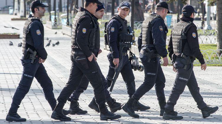 Des officiers de police turcs devant la place deSultanahmet visée par un attentat-suicide à Istanbul, le 13 janvier 2016. (PETER KNEFFEL / DPA / AFP)