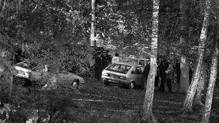 Des policiers examinent les lieux près de l'étang où a été découvert le corps de Robert Boulin en 1979, dans la forêt de Rambouillet (Yvelines). (MICHEL CLEMENT / AFP)