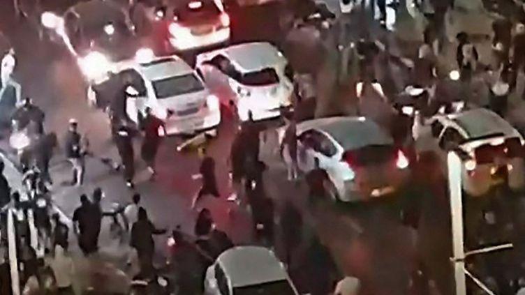 Capture d'écran d'une vidéo diffusée par la chaîne publique Kan 11, le 12 mai 2021, montrant un homme lynché par la foule,à Bat Yam, près de Tel-Aviv, en Israël. (KAN 11 PUBLIC PROADCASTER / AFP)
