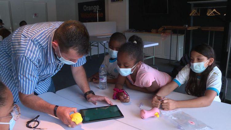 Des enfants profitent de l'atelier oreille musicale pour apprendre différemment. (France 3 Marseille)