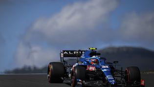 Esteban Ocon, ici dans son Alpine à Portimao le 30 avril 2021, sera à domicile sur le circuit Paul Ricard pour le GP de France. (PATRICIA DE MELO MOREIRA / AFP)