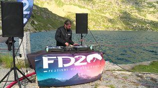 Le DJ YungDiggerz en concert au lac d'Artouste, le 10 juillet 2021. (CAPTURE D'ÉCRAN FRANCE 3 / Romain HAUVILLE)