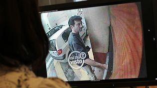 Des images de vidéo surveillance montrant XavierDupont de Ligonnès retirer de l'argent à Roquebrune-sur-Argens le 14 avril 2011 diffusées sur la chaîne de télévision italienne RAI TV. (THOMAS COEX / AFP)