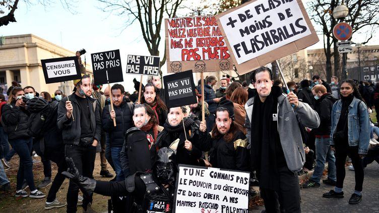 """Des manifestants opposés à la proposition de loi """"sécurité globale"""", le samedi 21 novembre 2020 à Paris. (STEPHANE DE SAKUTIN / AFP)"""