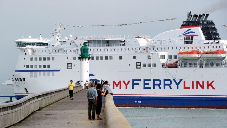 """Le """"Berlioz"""", l'un des trois navires de la compagnie maritime My Ferry Link, ex-SeaFrance, quitte le port de Calais, le20 août 2012. (PHILIPPE HUGUEN / AFP)"""