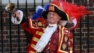 Tony Appleton, crieur public professionnel, annonce la naissance du bébé royal, le 22 juillet 2013 à Londres (Grande-Bretagne). (BEN STANSALL / AFP)