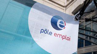 Le logo Pôle Emploi à Toulouse (Haute-Garonne), le 22 septembre 2021. (THOMAS BARON / HANS LUCAS / AFP)