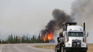 Sur une autoroute près de Fort McMurray (Alberta, Canada), le 7 mai 2016. (COLE BURSTON / AFP)
