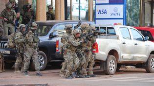 Des soldatsfrançais aux abords de l'hôtel Splendid à Ouagadougou (Burkina Faso) où se déroule un assaut après une prise d'otages, samedi 16 janvier 2016. (AHMED OUOBA / AFP)