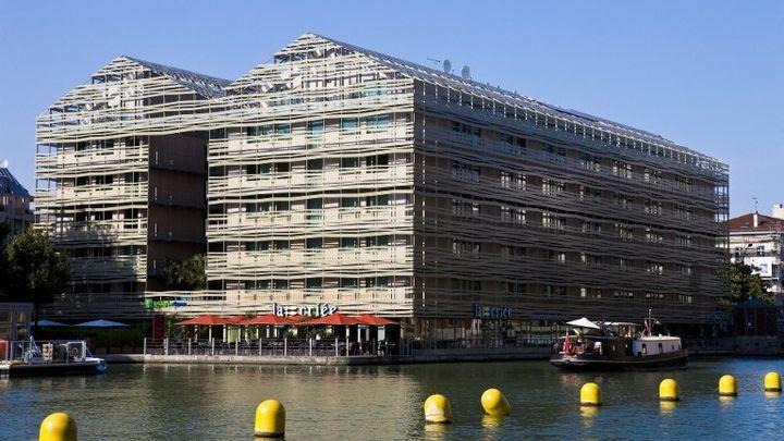 Immeuble sur le bassin de la Villette à Paris, certifé HQE, Projet imaginé par les architectes Chaix et Morel   (GARDEL BERTRAND / HEMIS.FR)