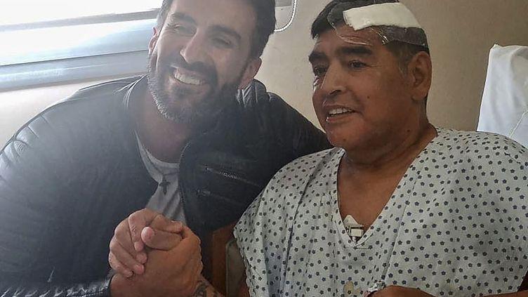 Maradona après son opération et quelques minutes avant de quitter l'hôpital de la banlieue de Buenos Aires avec le docteur Leopoldo Luque (- / DIEGO MARADONA PRESS OFFICE)
