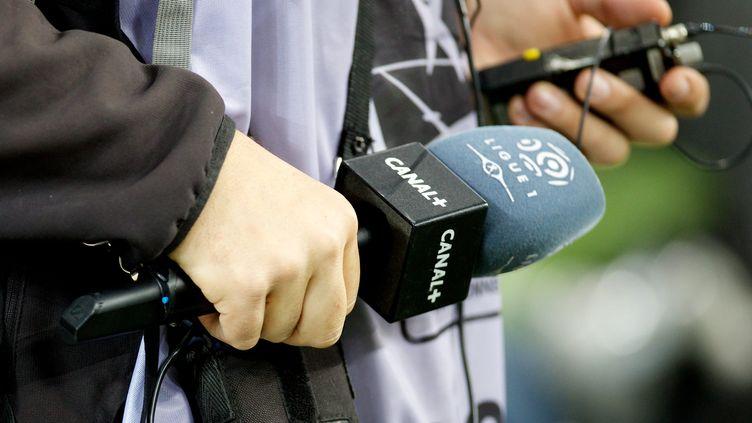 Un journaliste de Canal+ durant un match de Ligue 1 entre l'Olympique de Marseille et le RC Lens, en 2014. (MAXPPP)