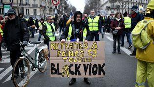"""Des """"gilets jaunes"""" défilent avec la manifestation interprofessionnelle contre la réforme des retraites à Paris, le 28 décembre 2019. (STEPHANE DE SAKUTIN / AFP)"""