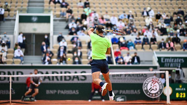 Les chanceux étaient plus nombreux qu'en 2020 pour observer Rafael Nadal sur les courts de Roland-Garros. (CHRISTOPHE ARCHAMBAULT / AFP)