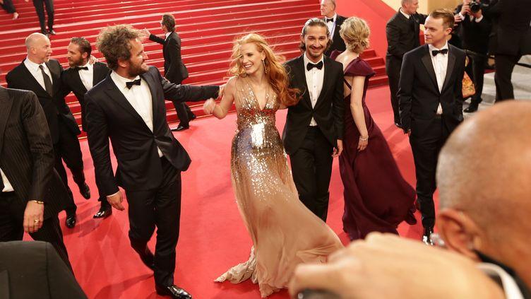 """Les acteurs de """"Lawless"""", Jason Clarke, Jessica Chastain, Shia Labeouf,Mia WasikowskaetDane Dehaan, foulent le tapis rouge du festival de Cannes, le 19 mai 2012, après la projection de leur film. (VALERY HACHE / AFP)"""