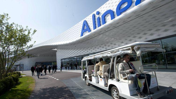 Des clients empruntent une des navettes gratuites proposées par les boutiques du parc commercial de l'Atoll, le 7 avril 2012, à Beaucouzé (Maine-et-Loire). ( MAXPPP)