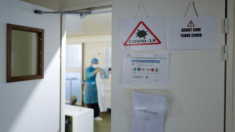 Un soignant dans une chambre du CHU de Nice (Alpes-Maritimes), le 25 février 2021. (VALERY HACHE / AFP)