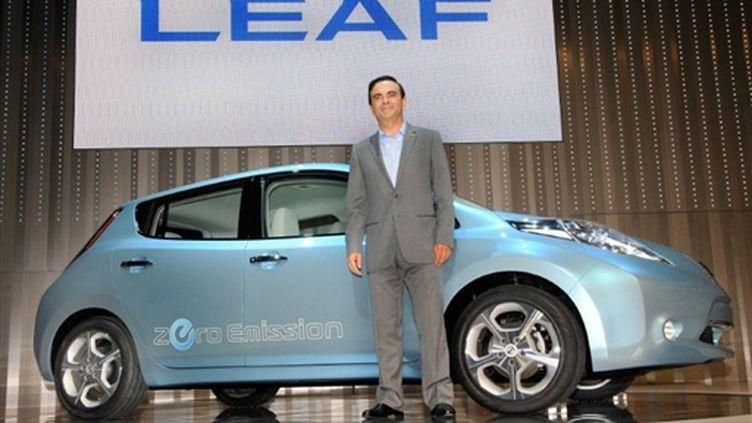 Carlos Ghosn, PDG de Nissan, présente la Leaf au siège social du groupe japonais à Yokohama, le 2 août 2009. (AFP/TORU YAMANAKA)