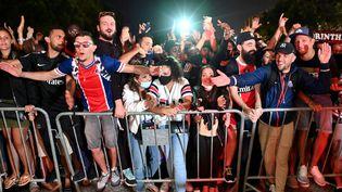 Les supporters du Paris Saint-Germain font la fête devant l'hôtel de leur équipe à Lisbonne après la qualification en finale de la Ligue des champions, le 18 août 2020. (FRANCK FIFE / AFP)