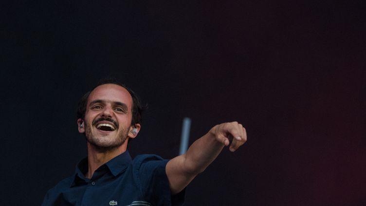 Sylvain Duthu, chanteur du groupe Boulevard des Airs, en concert aux Vieilles Charrues, le 19 juillet 2019 à Carhaix (Finistère). (LOIC VENANCE / AFP)