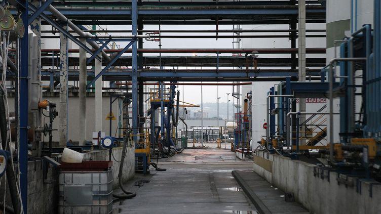 En janvier 2013, une fuite de gaz dans l'entreprise Lubrizol, à Rouen (Seine-Maritime) a rappelé le danger que peuvent représenter les industries classées Seveso. (CHARLY TRIBALLEAU / AFP)