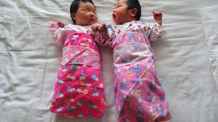 Deux bébés, dans un hôpital de Pékin (Chine), le 1er décembre 2008. (FREDERIC J. BROWN / AFP)