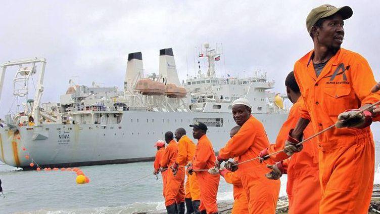 Câble de fibre optique sous-marin sur le rivage de la ville portuaire de Mombasa, au Kenya, le 12 juin 2009. (PHOTO STRINGER / AFP)