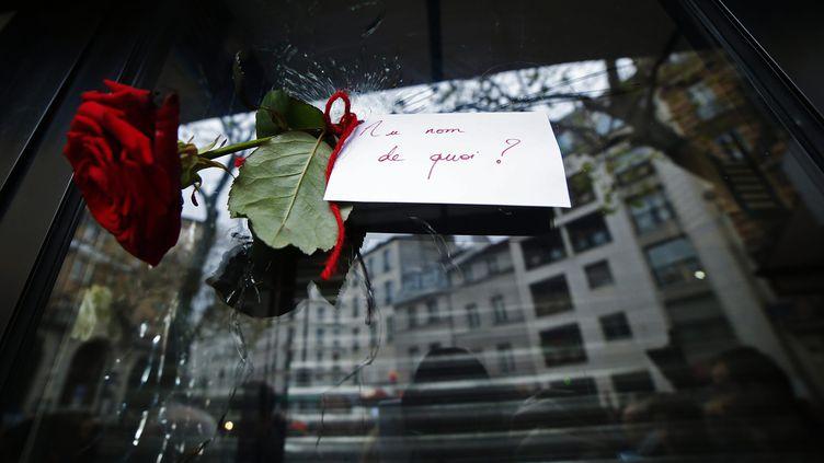 Un rose est accrochée sur la devanture d'un restaurant rue de Charonne à Paris, samedi 14 novembre 2015. (MAXPPP)