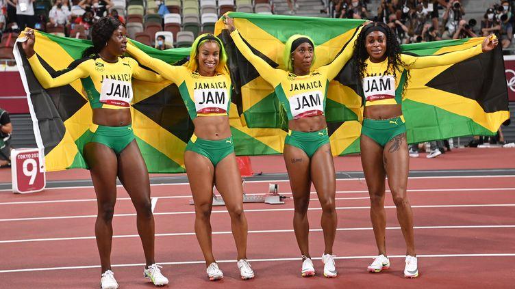 Les sprinteuses jamaïcaines, sacrées championnes olympiques du relais 4 x 400 mètres aux Jeux olympiques de Tokyo. (ANDREJ ISAKOVIC / AFP)