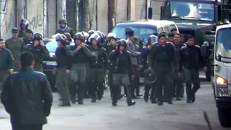 Capture d'écran d'une vidéo amateur diffusée sur Youtube le 9 décembre 2011 et montrant les forces de sécurité à Damas (Syrie). (FTVi)