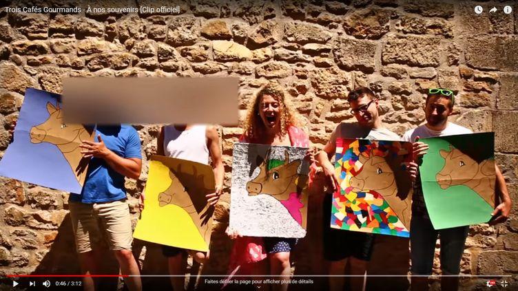 Scène du clip de À nos souvenirs de Trois Cafés Gourmands après le floutage. (YOUTUBE / TROIS CAFES GOURMANDS)